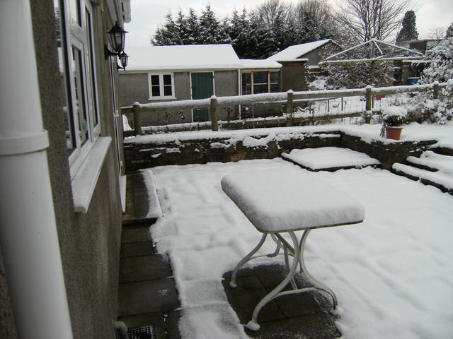 Schnee auf unserm Gartentisch