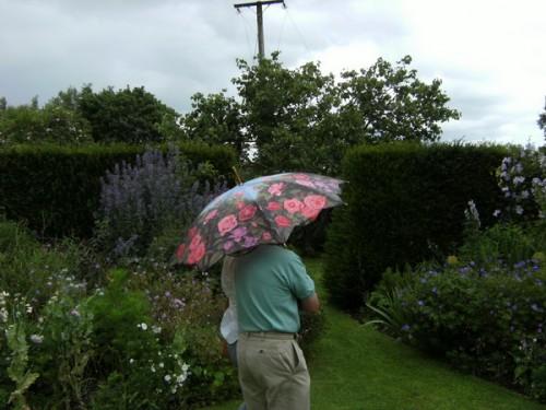Gartenfreunde trotzen stilvoll dem Regen!