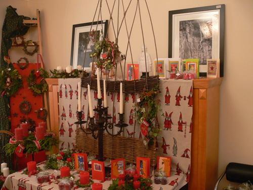 Adventsgestecke, Kerzen, Karten und Bilder der Kirche von LLanarth