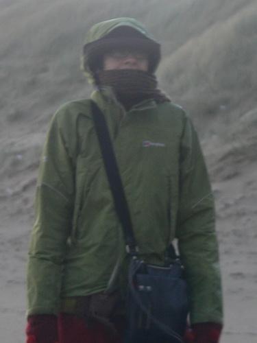 Moni schützt sich vor Wind und Graupel