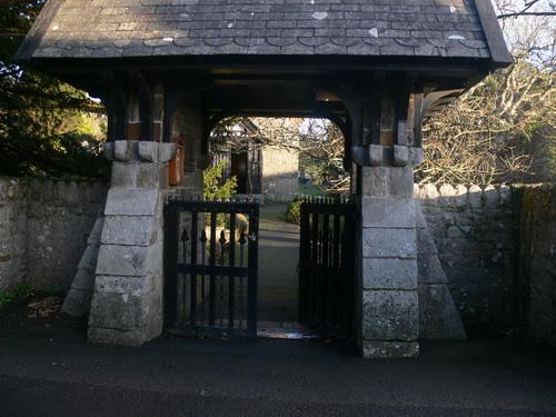 Eingang zum Kirchhof von Llangian