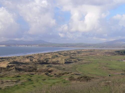 Blick von Harlech Castle auf Dünen und Strand