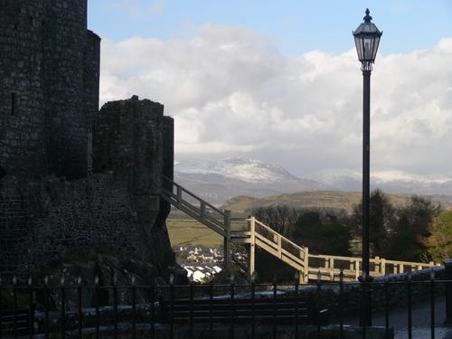 Harlech Castle mit Schnee in den Bergen