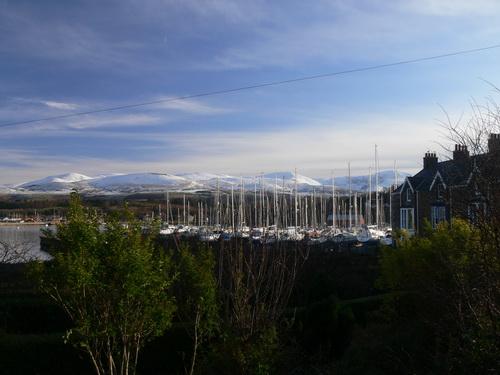 Der Yachthafen und die Berge