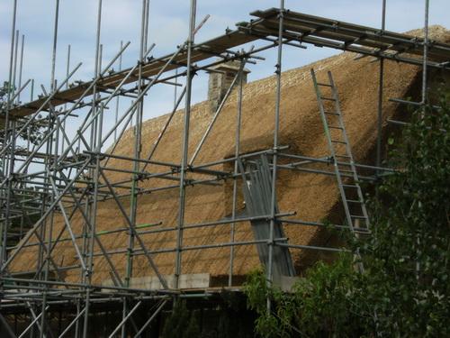 Ein Haus wird neu mit Reet eingedeckt