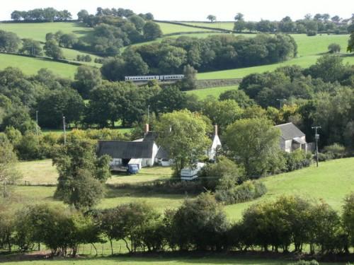 Farm und der Zug von Abergavenny nach Newport