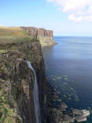 Wasserfall bei Ealaiseadar, im Hintergrund der Kilt Rock