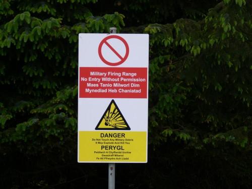 Warnschild am Wegesrand