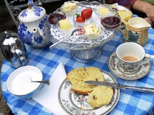 Cream Tea im Garten des Gables Guesthouse